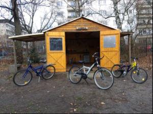 Ein Gartenhaus als Fahrradwerkstatt
