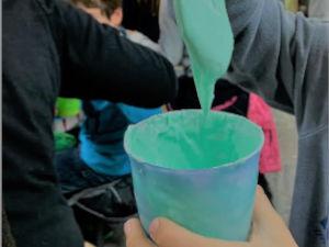 Ein Becher mit selbstgemachten Slime