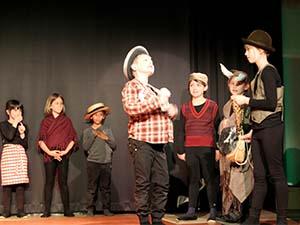Kinder auf der Bühne in Kostümen